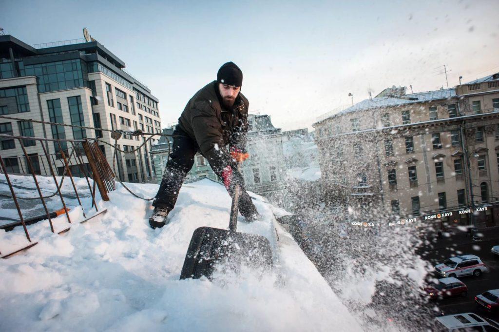 Роструд разъяснил условия безопасного ведения работ по очистке крыш от снега